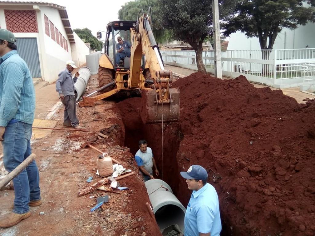 OBRAS DE IMPLANTAÇÃO DE GALERIAS PLUVIAIS CONTINUAM NO MUNICÍPIO
