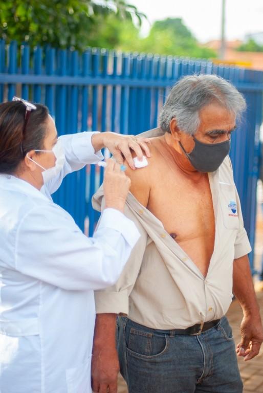 INICIA A VACINAÇÃO CONTRA A COVID-19 NA FAIXA ETÁRIA DE 61 ANOS E MAIS