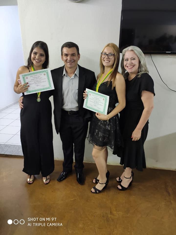 PREFEITO E PRIMEIRA-DAMA PARTICIPAM DE ENTREGA DE MEDALHA DE MÉRITO ESTUDANTIL