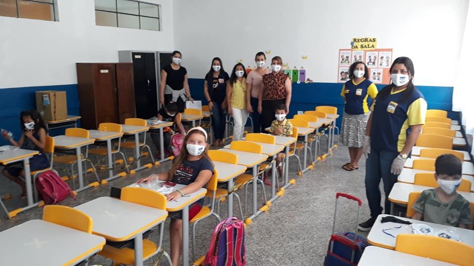 PREFEITURA ENTREGA KIT DE MÁSCARAS E ÁLCOOL EM GEL AOS ALUNOS E PROFESSORES DA ESCOLA CÍCERO