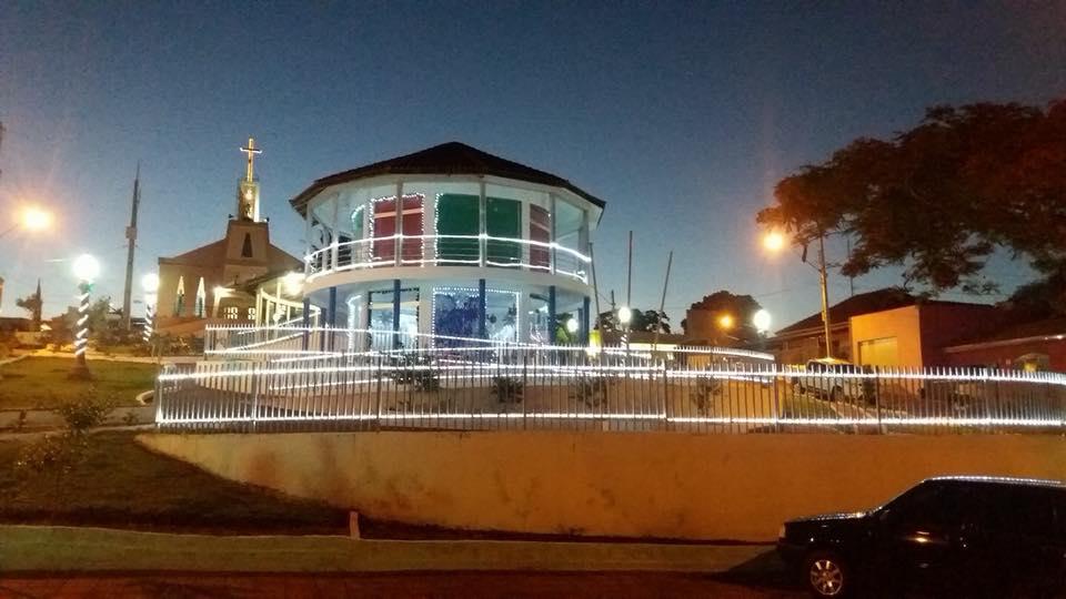 PRAÇA MUNICIPAL ABDALA DERBLI EM CLIMA DE NATAL.