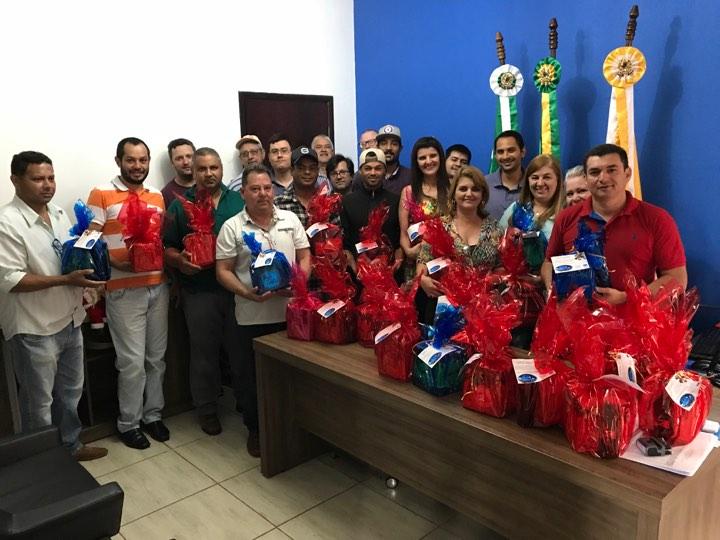 PREFEITO FAZ ENTREGA DE KIT COM PANETONE E VINHO A TODOS FUNCIONÁRIOS PÚBLICOS.