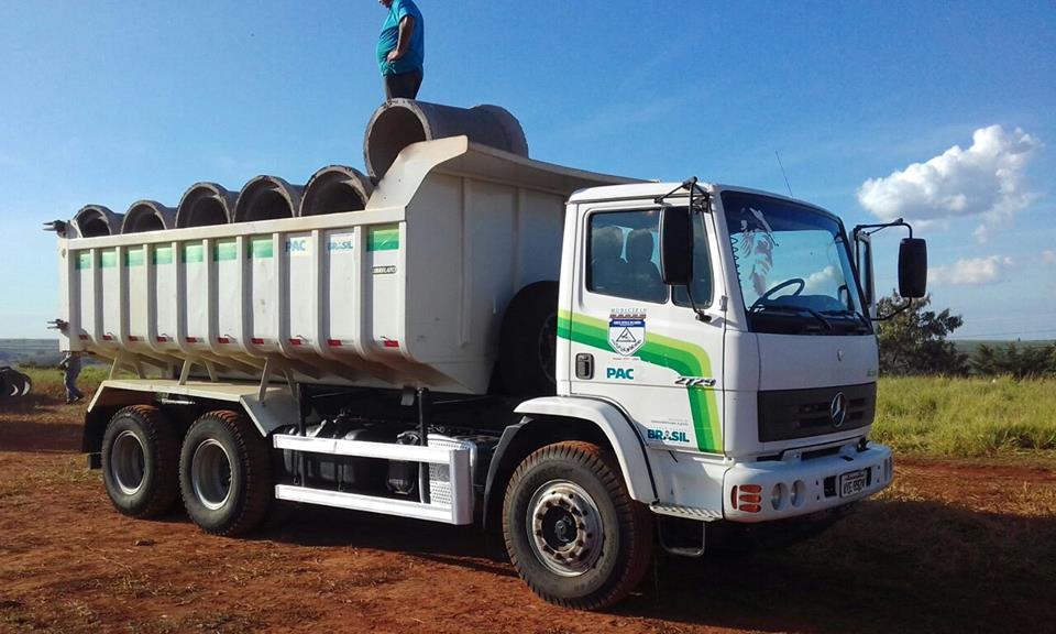 Mais uma carga de tubos para obra de galerias de águas pluviais chegando nesta quinta-feira (21.06).