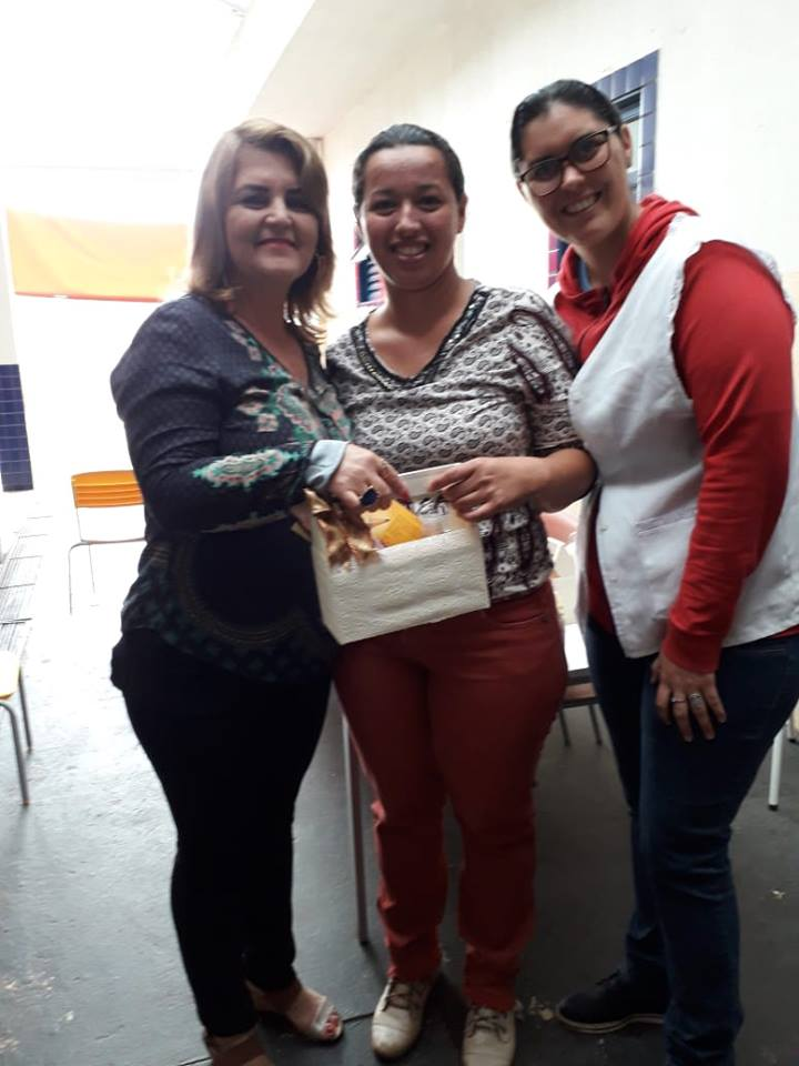 PROFESSORES E FUNCIONÁRIOS DA EDUCAÇÃO RECEBEM PRESENTES