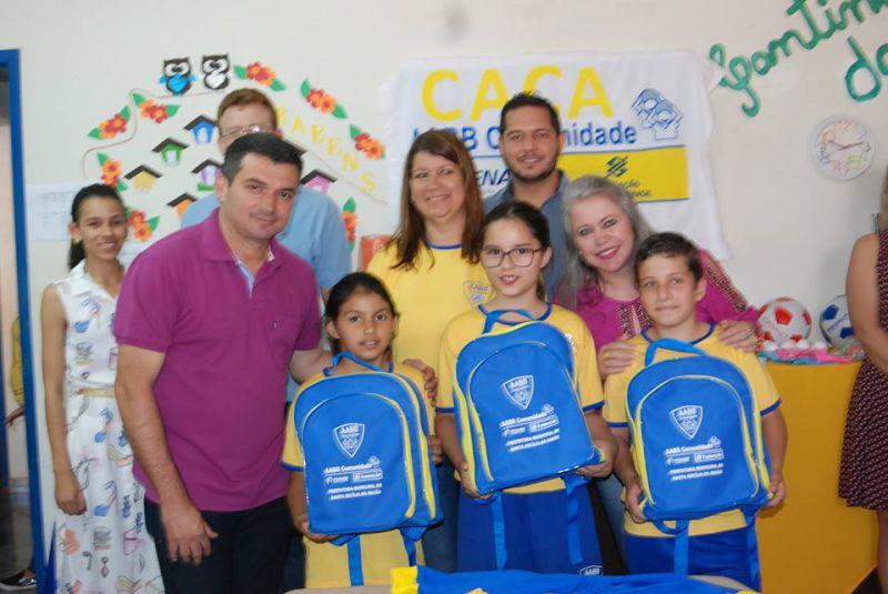 ALUNOS DA AABB COMUNIDADE (CENTRO DE ATENDIMENTO A CRIANÇA E ADOLESCENTE - CACA) RECEBEM NOVOS UNIFORMES