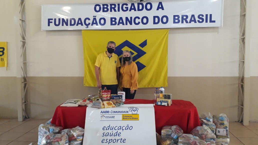 PRIMEIRA DAMA PARTICIPA DE ENTREGA DE CESTAS BÁSICAS