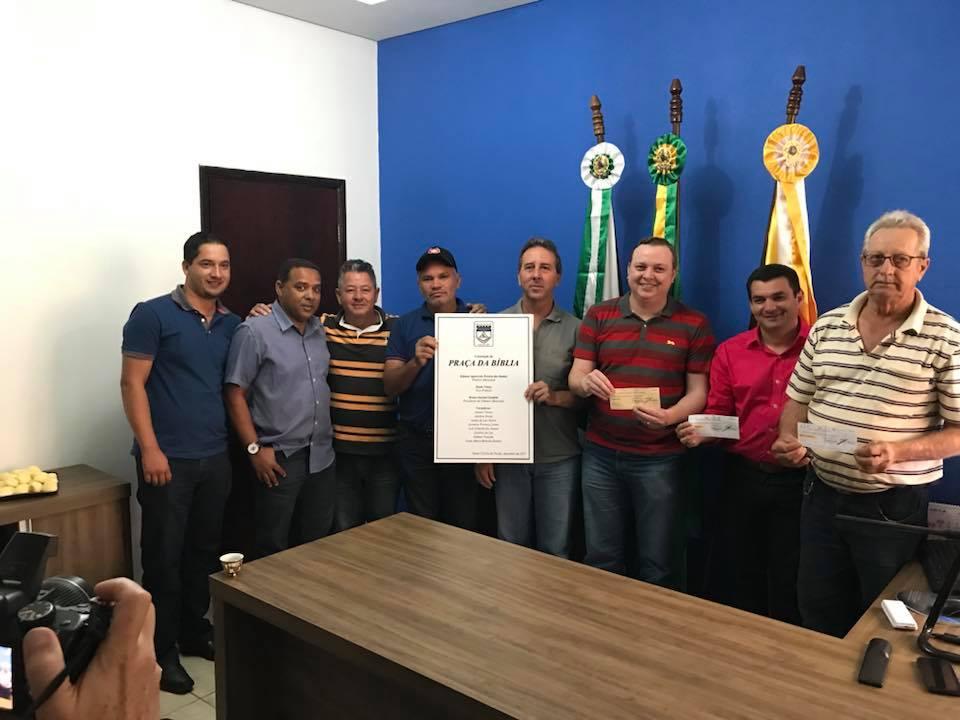 CÂMARA DE VEREADORES ENTREGA CHEQUE DE R$30 MIL PARA PREFEITO EDIMAR SANTOS.